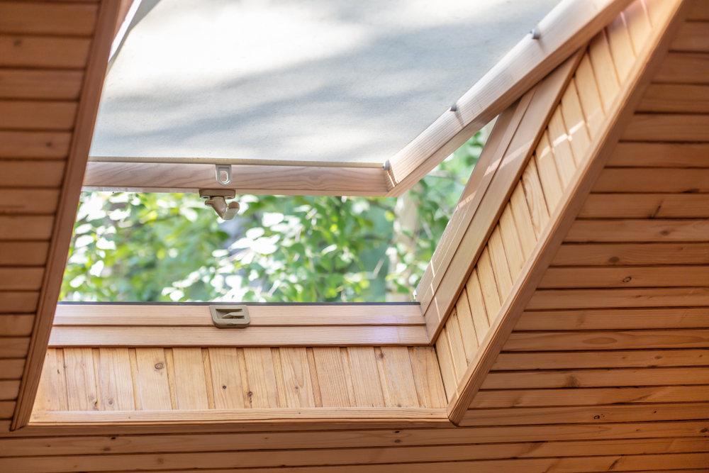Open roof/skylight window with flat blind